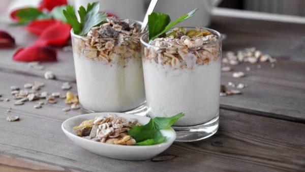 Yoghurt med müsli og rosiner.