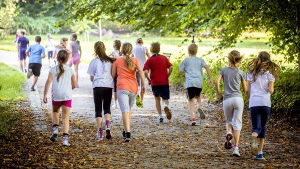 Skoleelever løber