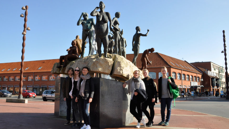 Medicinstuderende foran skulptur i Holstebro