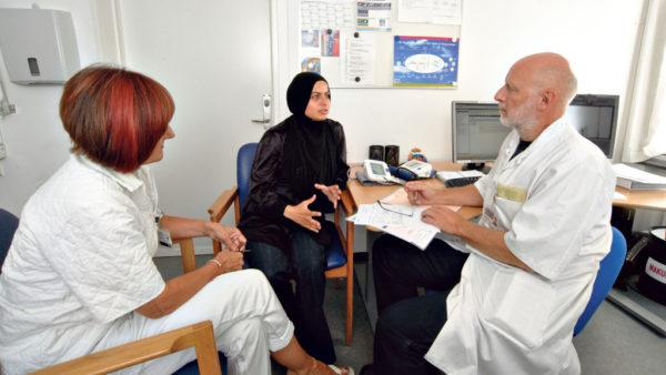 Professor advarer mod at droppe helbredstjek til flygtninge