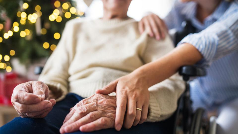 Sundheds- og ældreminister vil se på regler for julebesøg på plejehjem