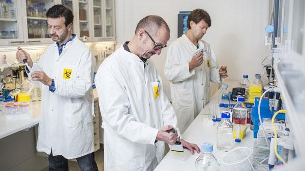 På billedet ses Peter Kristensen (i midten) sammen med kollegerne Edzard Spillner og Luis Álvarez-Vallina, der også er lektorer på Institut for Ingeniørvidenskab.
